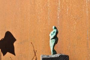 Kvinde i solen - bronzeskulptur