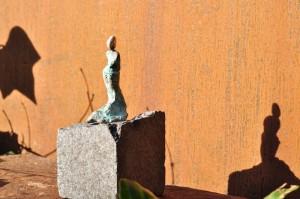 Kvinde med slæb - bronzeskulptur