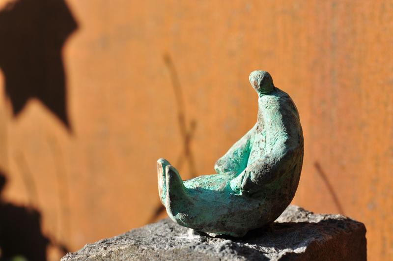 Tumling med blanke fødder - bronzeskulptur