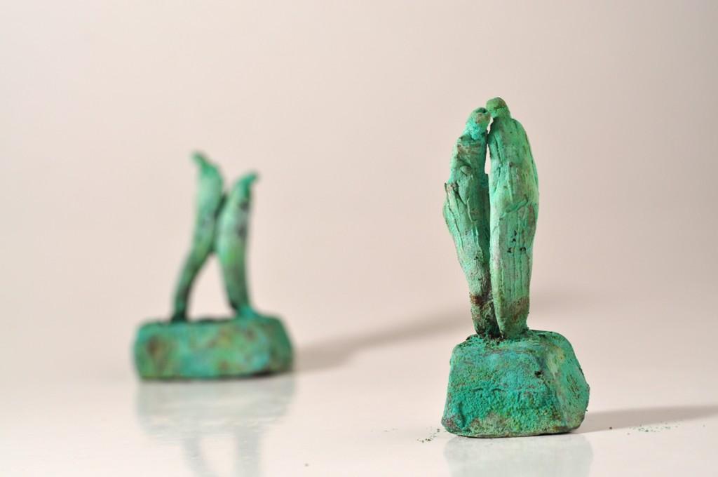 Bronzefigurer der viser nærhed - uden omklamring.