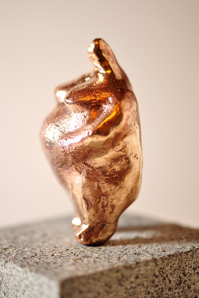 Bronzeskulpturen - Kvinde med tyngde.