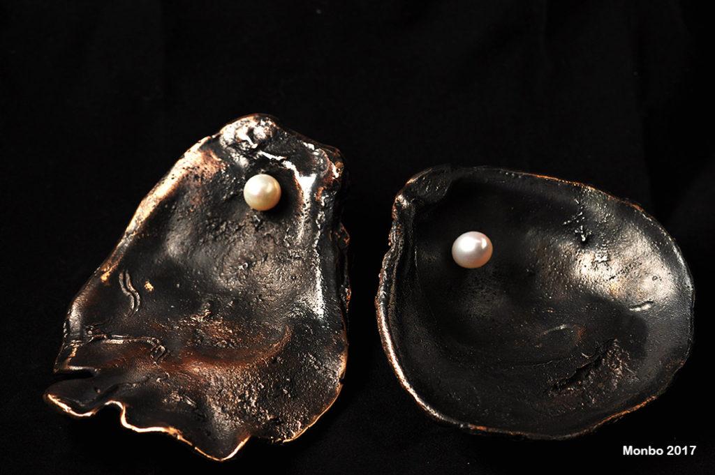 Østersskaller i bronze med ferskvandsperler.