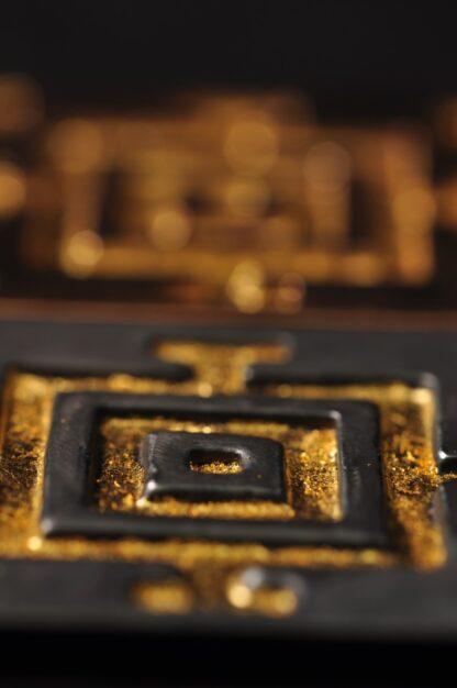 Mandala - oxyderet bronze med bladguld