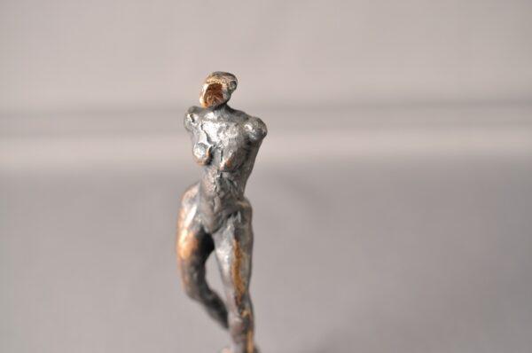 Bronzeskulptur. Kvindefigur.