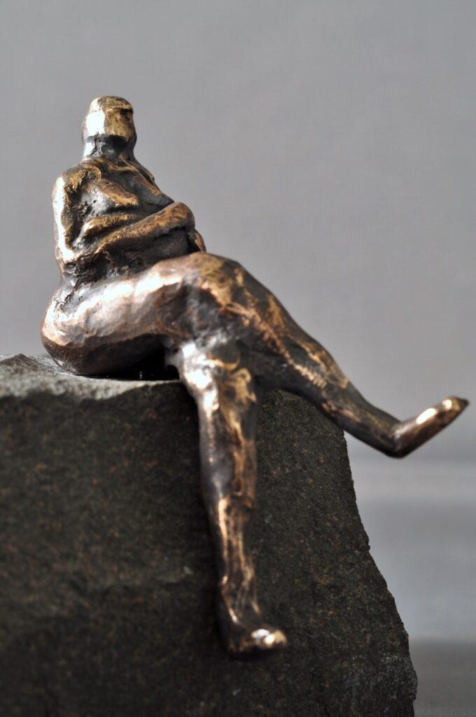 Bronzefigur af kvinde.