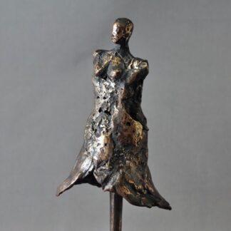 Bronzeskulptur af kvinde i kjole